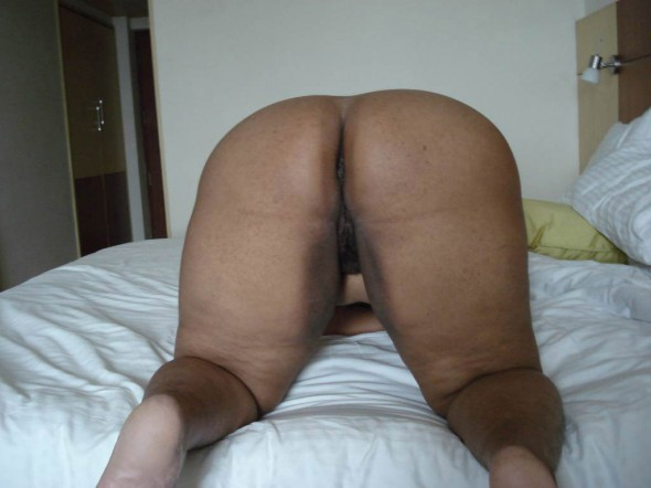 indian aunty big butts 590x442 Big Fat Ass Indian women, Indian aunties Big ass pictures